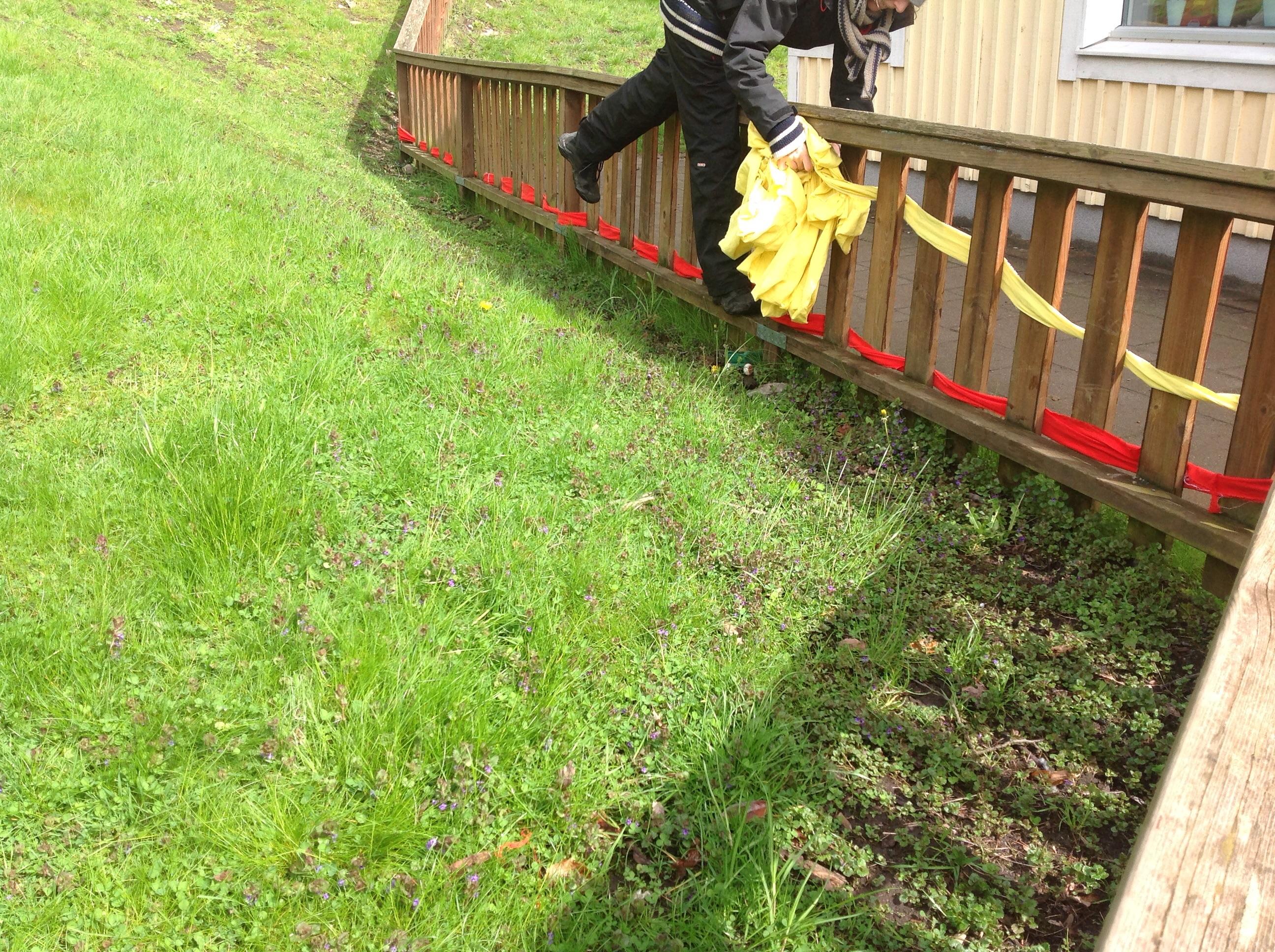 På förskolans stängsel nu också staket, klättrar hen. workshop dag ...
